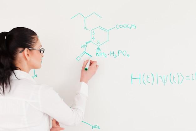 Wissenschaftler, der eine formel schreibt