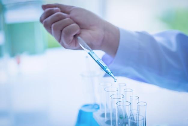 Wissenschaftler, der einen test in einem biologischen labor durchführt. blauton