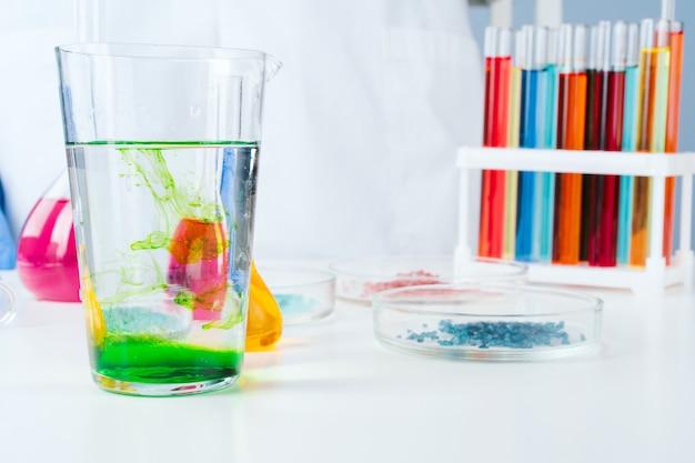 Wissenschaftler, der oben mit chemischen proben im laborabschluß arbeitet