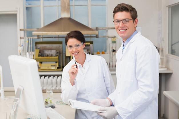 Wissenschaftler, die an der kamera lächeln