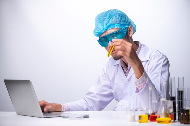 Wissenschaftler, die eine probe der anlage arbeiten im genetik-labor betrachten