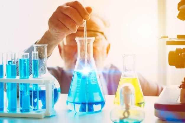 Wissenschaftler, die sich auf eine neue chemische impfstoffformel konzentrieren, die erfolgreich ist, um ein wissenschaftliches forschungsmedikament gegen viren zu entdecken, das im laborkonzept arbeitet