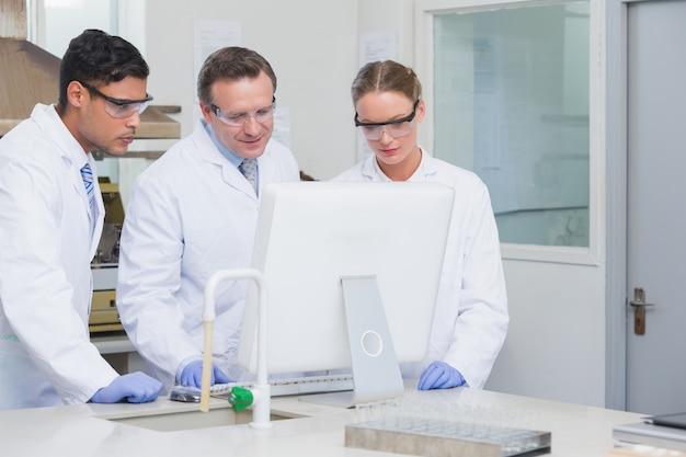 Wissenschaftler, die zusammen am computer arbeiten