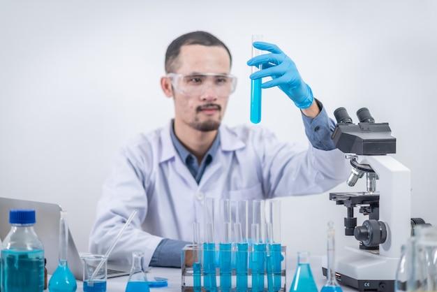 Wissenschaftler forschen in einem chemischen labor wissenschaftliches experimentieren, innovation
