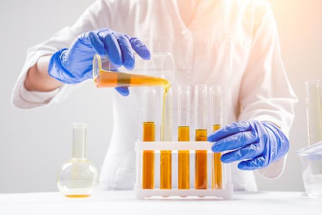 Wissenschaftler gießt bio-öl ein.