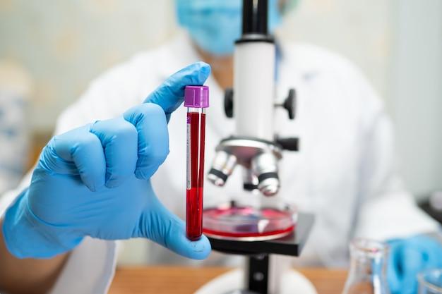 Wissenschaftler hält rohr im labor.