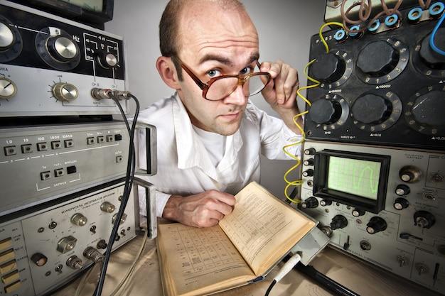 Wissenschaftler im vintage labor