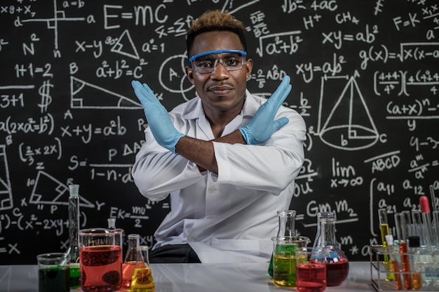 Wissenschaftler machen gekreuzte hände und stress im labor