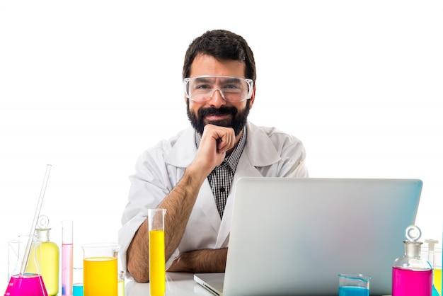 Wissenschaftler mann arbeitet mit seinem laptop