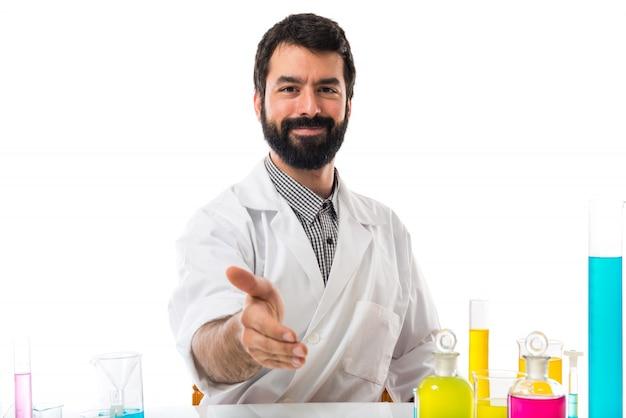 Wissenschaftler mann macht einen deal