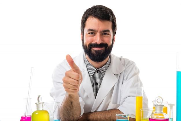Wissenschaftler mann mit daumen nach oben