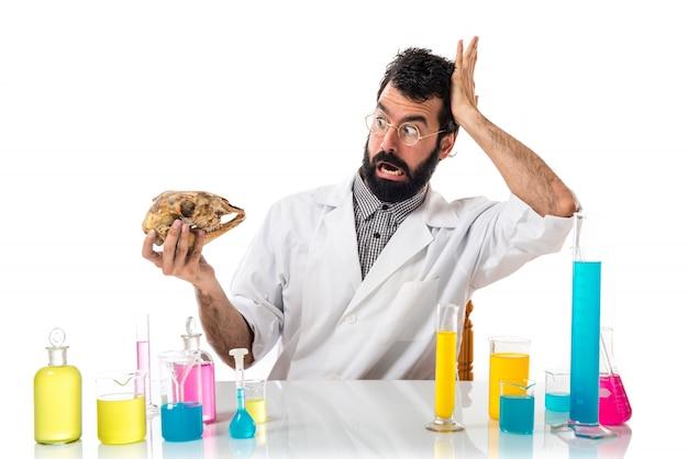 Wissenschaftler mann mit einem schädel