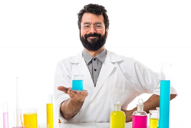 Wissenschaftler mann mit reagenzgläsern