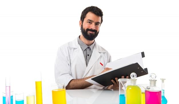 Wissenschaftler mann mit seinem notizbuch