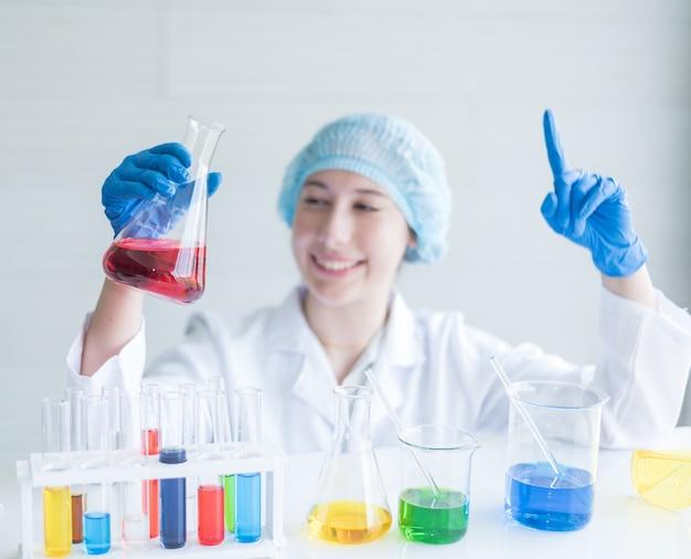 Wissenschaftler mit einem reagenzglas im labor