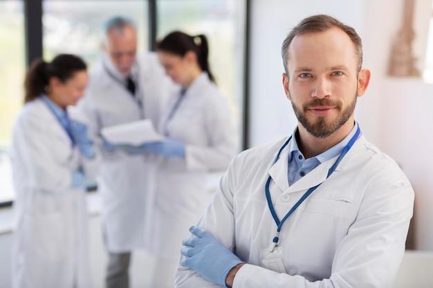Wissenschaftler mit mittlerem schuss im labor