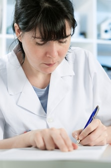 Wissenschaftler oder ein medizinstudent schreiben