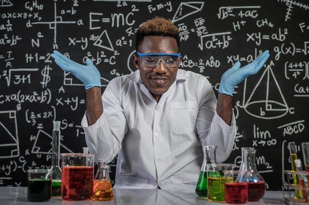 Wissenschaftler öffneten ihre hände auf beiden seiten und schafften es im labor