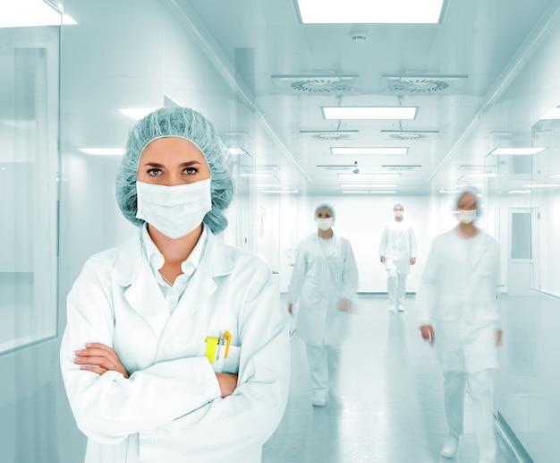 Wissenschaftler team am modernen krankenhauslabor