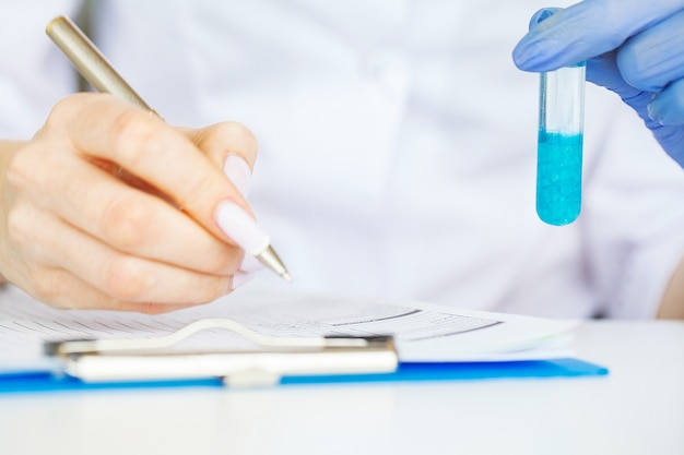 Wissenschaftler testen beauty-produkte