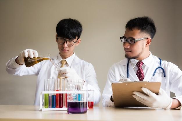 Wissenschaftler testen flüssiges substrat im labor