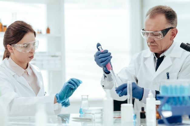 Wissenschaftler testen proben eines neuen impfstoffs
