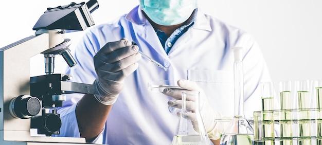 Wissenschaftler und wissenschaftliche ausrüstung im labor laborforschungskonzept