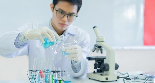 Wissenschaftler verwendet reagenzglas zum gießen in den kolben, um flüssige lösung zu mischen (mit chemie-symbol)