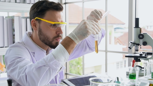 Wissenschaftlerarbeit mit wissenschaftsausrüstung im labor. wissenschaftliches forschungskonzept.