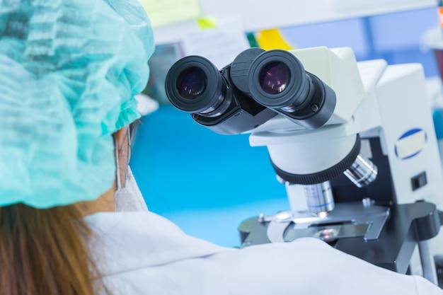 Wissenschaftlerhände mit dem mikroskop, proben, konzeptwissenschaft und technologie überprüfend