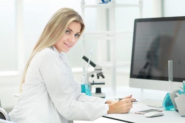 Wissenschaftlerin am arbeitsplatz im labor