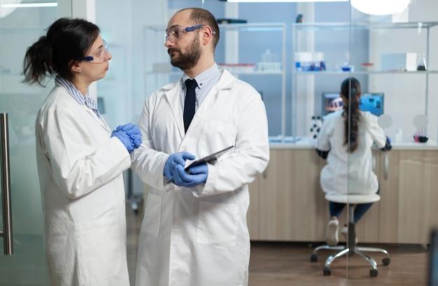 Wissenschaftlerin analysiert virusexpertise mit biologenforscher