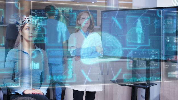 Wissenschaftlerin, die sich die virtuelle hologramm-schnittstelle vor ihren augen ansieht und die hud-displays mit einem virtuellen wisch durchsucht
