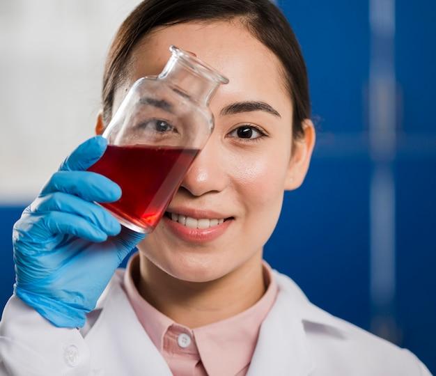 Wissenschaftlerin hält laborsubstanz