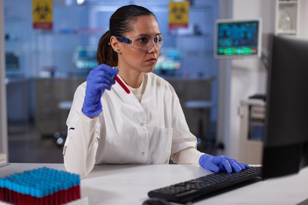 Wissenschaftlerin mit medizinischem vacutainer mit erfahrung in der blutgruppenbestimmung