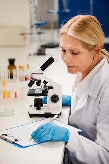 Wissenschaftlerin schreibt ihre ergebnisse auf