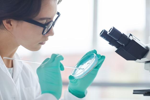 Wissenschaftlerin seitenansicht