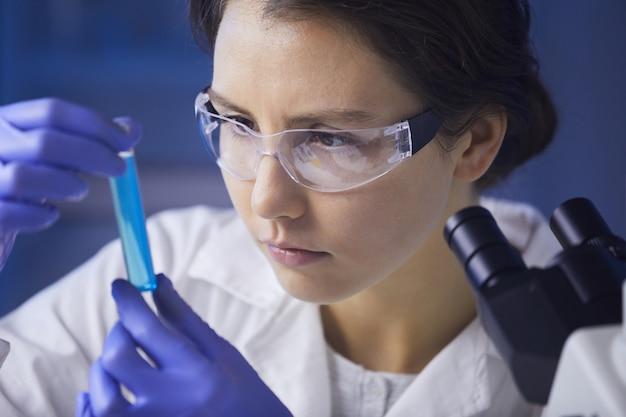 Wissenschaftlerin studiert testprobe