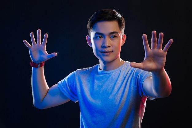 Wissenschaftliche entwicklung. positiver asiatischer mann, der virtuelle realität genießt