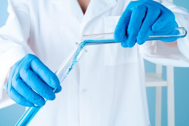 Wissenschaftliche experimente in einem chemielabor. farbflüssigkeiten und reagenzglas