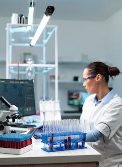 Wissenschaftlicher chemiker, der eine viruserkrankung analysiert, die eine infektionsbehandlung entwickelt