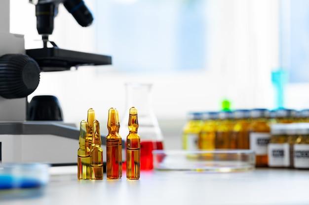 Wissenschaftlicher hintergrund der gesundheitsforschung mit mikroskop in der medizinischen labornahaufnahme