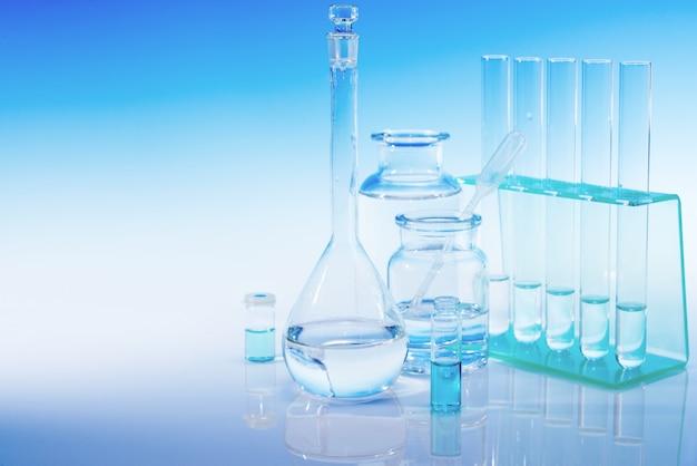 Wissenschaftlicher hintergrund mit chemischem glas
