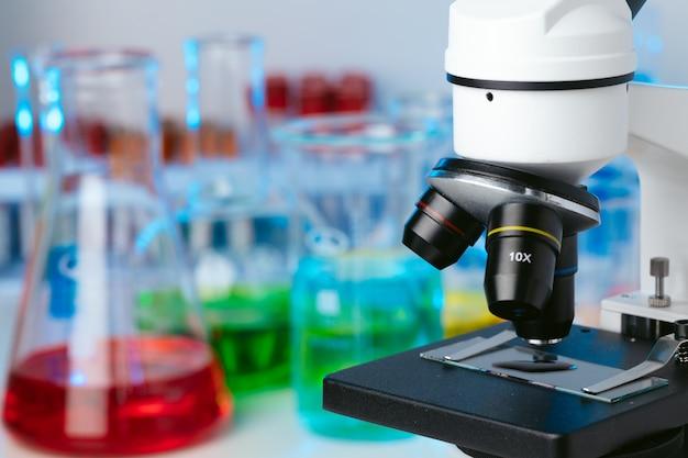 Wissenschaftliches labor mit mikroskop und reagenzgläsern mit proben, nahaufnahmefoto