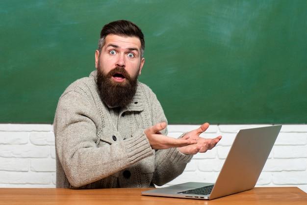 Wissenschafts- und bildungskonzept. wissenstag. student, der am laptop im college arbeitet. junger lehrer