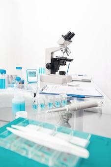 Wissenschaftshintergrund mit mikroskopischem arbeitsplatz