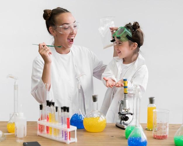 Wissenschaftsklasse mit kleinem mädchen im labor