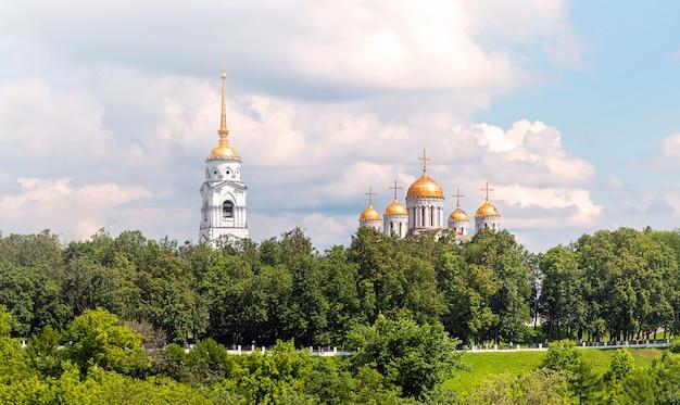 Wladimir stadt, russland. panoramablick auf eine alte kirche in wladimir im goldenen ring während des sommertages