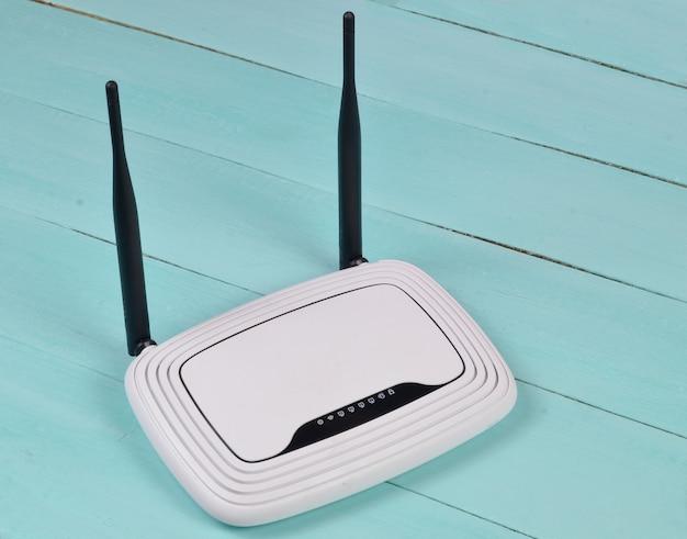 Wlan-router mit antennen auf einem blauen holztisch