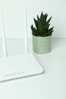 Wlan-router und saftig auf weißem hintergrund white